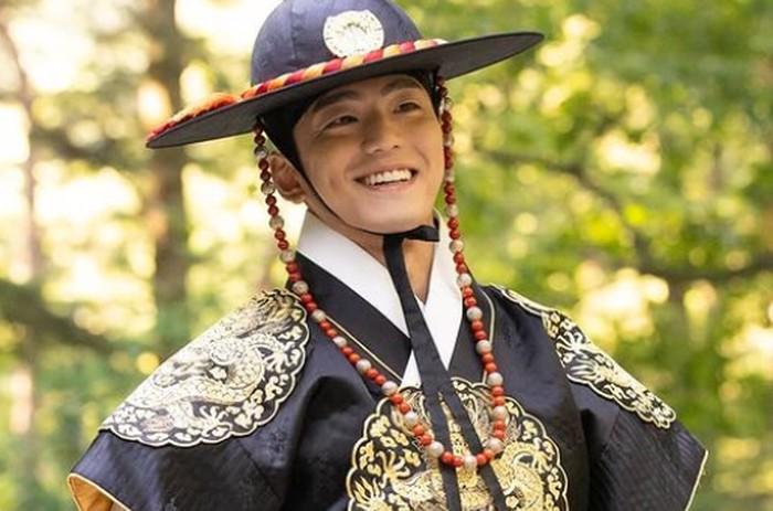 Kalau di deretan nama aktor senior ada Hyun Bin, aktor junior juga punya Kim Min Gyu sebagai pemilik lesung pipi legendaris! Sangking manisnya, para perempuan pasti langsung