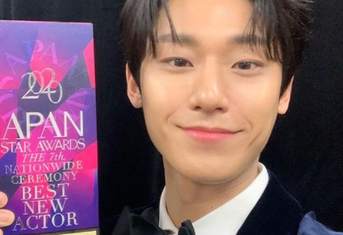 Memiliki lesung pipi membuat senyum Lee Do Hyun semakin terlihat hangat dan cocok sebagai