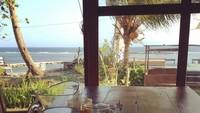 <p>Rumah <em>artsy</em> ini juga menghadap ke laut lho, Bunda. Pemandangan indah lautan bisa dinikmati dari balkon rumah. (Foto: Instagram @bananasbatik)</p>