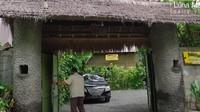 <p>Luna Maya sering menghabiskan waktu liburnya di tanah kelahiran, Bali. Di sana, Luna kerap menetap Pondok Pisang, rumah sang Ibunda, yang kini sudah menjadi bungalow. (Foto: YouTube Luna Maya)</p>