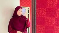 <p>Tak cuma warna hijau toska, di salah satu sudut rumahnya juga terlihat dindingnya yang dihiasi dengan wallpaper berwarna merah terang. (Foto: Instagram @larissachou)</p>