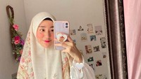 <p>Sudut ini tampaknya kamar Larissa Chou, terdapat cermin besar dan terlihat hiasan foto yang sengaja ditempel di dinding. (Foto: Instagram @larissachou)</p>