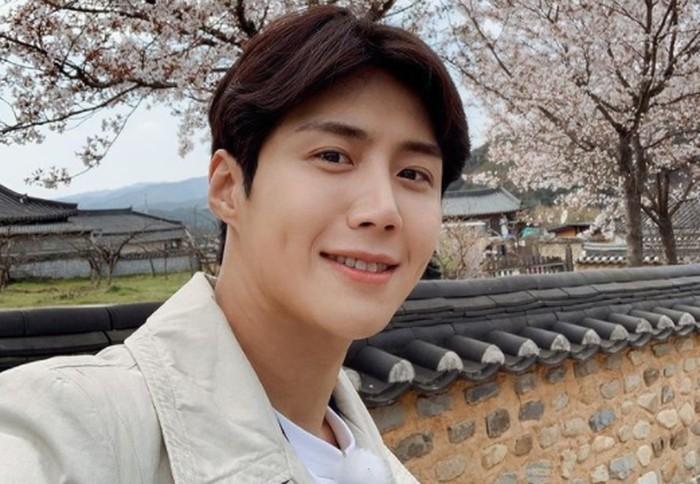 Selain karisma dan wajahnya yang tampan, tidak sedikit perempuan yang tersihir oleh lesung pipi manis dari aktor Kim Seon Ho./Foto: instagram.com/seonho__kim
