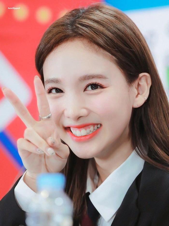 Berbicara tentang rabbit teeth, Nayeon TWICE pastinya harus ada dalam list, Beauties! Dari semua idol K-Pop, Nayeon memiliki rabbit teeth yang paling terlihat jelas dibanding yang lain. Gemas banget, kan?/Foto: twitter.com/nayeon_smiling