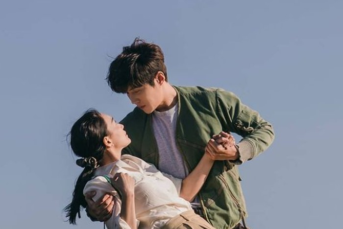 Berniat menghampiri Du Sik, Hye Jin tergelincir dan hampir jatuh ke laut. Untung saja si Kepala Hong ini dengan sigap menangkapnya sehingga ia nggak jatuh!/Foto: instagram.com/tvn_drama