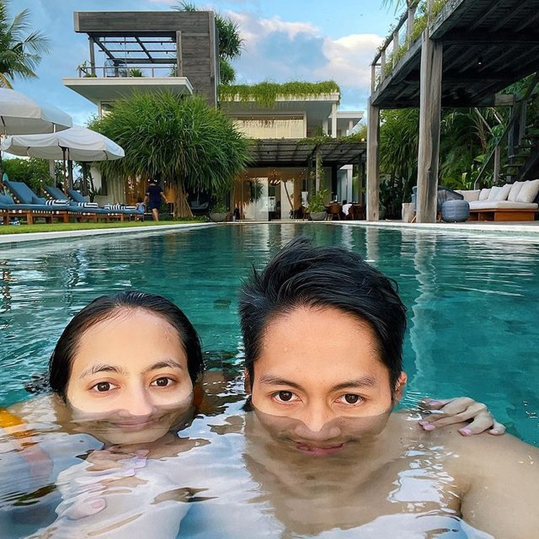 Pevita Pearce dan sang kekasih Arsyah Rasyid semakin mesra saat liburan di Bali. Yuk kita intip kemesraan mereka!