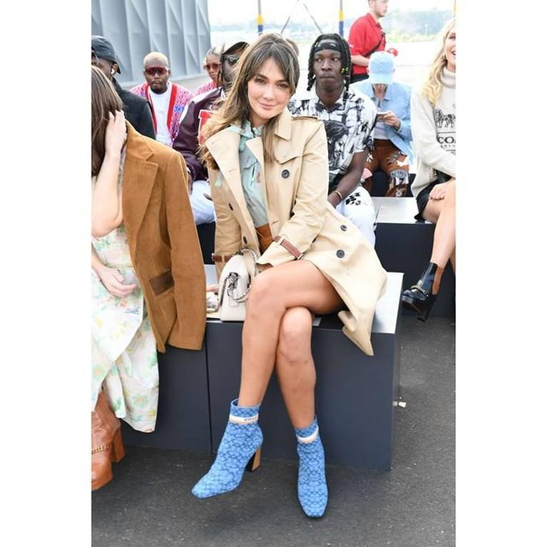 Luna Maya hadir di New York Fashion Show sebagai tamu undangan satu-satunya dari Asia Tenggara. Yuk intip gayanya!