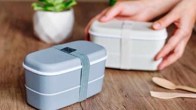 Saat akan digunakan lagi, kotak makan masih menyisakan bau amis dari makanan sebelumnya. Bagaimana agar kotak makan kembali bersih dan tak bau?