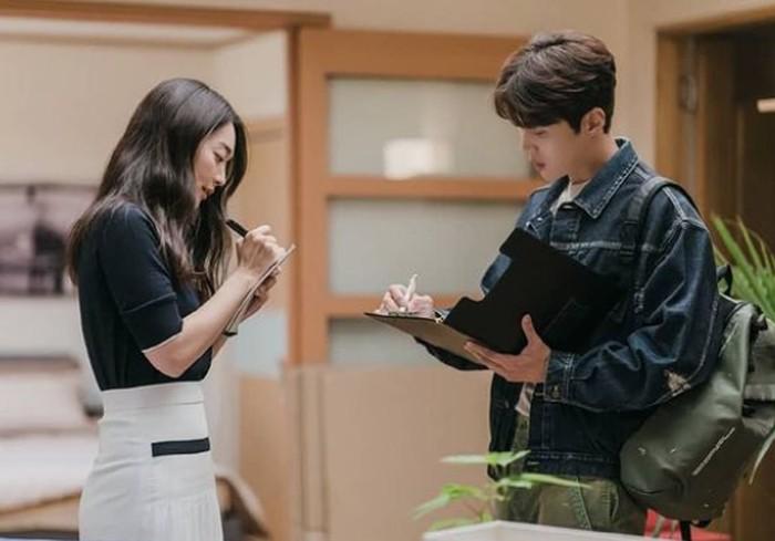 Kali ini, Hong Du Sik yang sedang part time sebagai asisten agen properti, dengan santainya memberi tahu Yoon Hye Jin kalau nomor password rumah baru Hye Jin yang telah ia pasang merupakan tanggal ulang tahunnya sendiri./Foto: instagram.com/tvn_drama