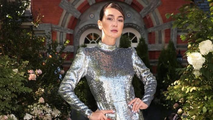 Simak Gaya Stylish Luna Maya Saat Menonton New York Fashion Week Bersama Para Selebriti Hollywood Kenamaan