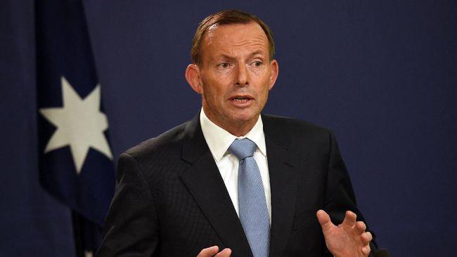 Tony Abbott terlihat tengah berbincang dengan seorang kerabatnya tanpa menggunakan masker di ruang publik.