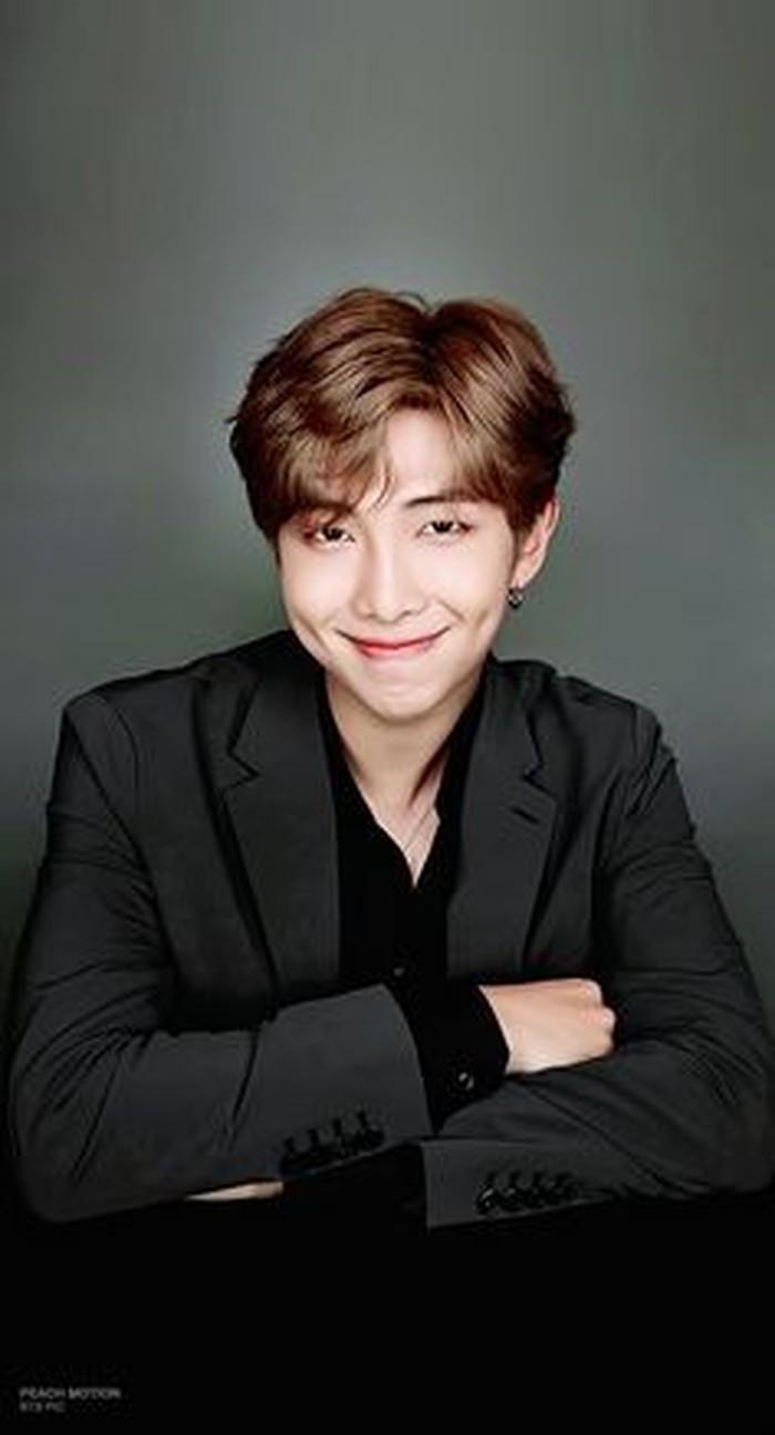 Pada tahun 2016, kiprah BTS di dunia musik mulai menarik perhatian mancanegara. RM sebagai leader pun terlihat lebih matang untuk menghadiri acara-acara internasional saat itu. Dengan setelan jas dan kemeja, ia terlihat semakin tampan. (pinterest.com)