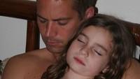 <p>Sewaktu kecil, Meadow sangat lengket dengan sang ayah. Paul Walker begitu menyayangi putri kecilnya yang kini menjadi model cantik. (Foto: Instagram @meadowwalker)</p>