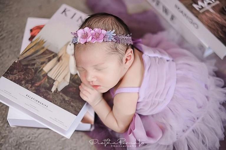 Pemotretan perdana baby Gendhis Geona Madaharsa putri Nella Kharisma dan Dory Harsa sangat lucu dan menggemaskan. Yuk intip!