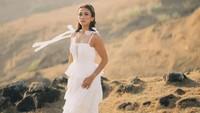 <p>Meski pemotretan dilakukan di atas bukit, namun Melanie tetap terlihat sangat anggun, nih. Ia mengenakan gaun putih panjang yang menutupi kedua kakinya. (Foto: Instagram: @melanieputria)</p>