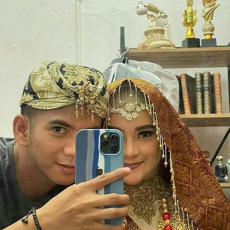 Ridho DA dan Syifa calon istrinya melakukan sesi pemotretan untuk prewedding dengan berbagai tema dan adat. Yuk intip!