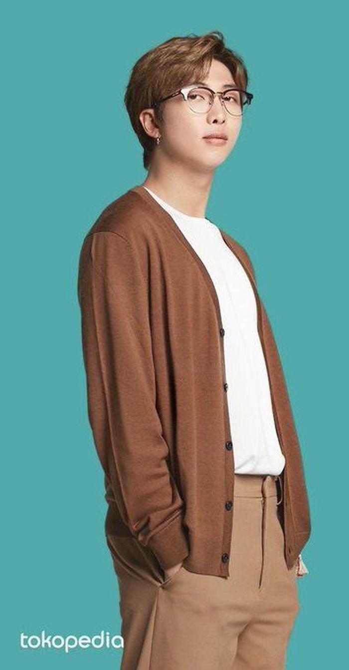 RM sekarang terlihat semakin tegap dan bidang. Ia sering mengenakan tshirt yang dipadukan dengan outer berwarna senada dengan celana yang ia pakai. Ditambah kacamata membuat ia terlihat semakin dewasa dan matang sebagai seorang leader.(Pinterest.com)