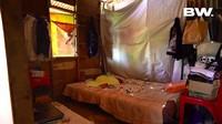 <p>Frendi juga memperlihatkan kamar tidurnya yang sangat sederhana. Dinding kamar terbuat dari kayu. Namun, ruangan tetap dilengkapi dengan jendela agar sinar matahari bisa memenuhi ruangan. (Foto: Youtube Boy William)</p>