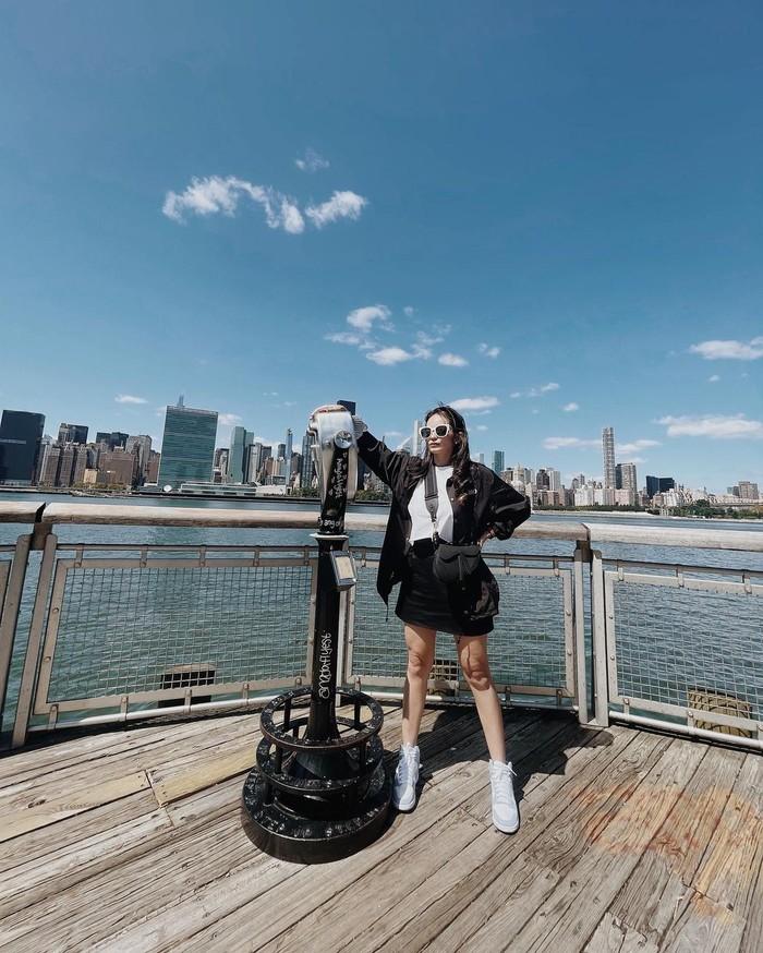 Saat suasana cukup terik di Long Island, New York, Enzy memilih menggunakan tank top dan juga rok. Sebagai statement tambahan, ia mengenakan koleksi jaket dari Erigo. /Foto: instagram.com/@enzystoria