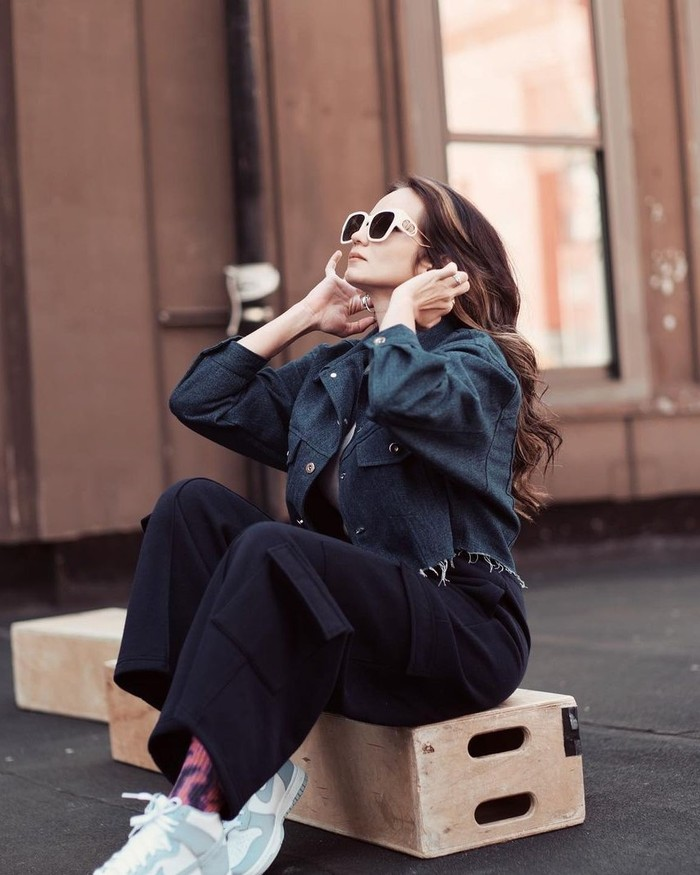 Sebagai perwakilan Erigo Store, Enzy juga sempat melakukan pemotretan bersama. Untuk fotonya, Enzy memilih mengenakan cargo pants dan tank top putih yang ditutup dengan crop jacket. Cantik bukan? /Foto: instagram.com/@enzystoria