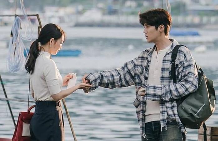 Du Sik membantu Hye Jin mendapatkan uang tunai dengan mengajaknya untuk membersihkan cumi-cumi. Setelah selesai, Hye Jin mendapat upah untuk membayar kopi dari Hong Du Sik. Lucunya, pria ini benar-benar perhitungan kalau soal uang!/Foto: instagram.com/tvn_drama
