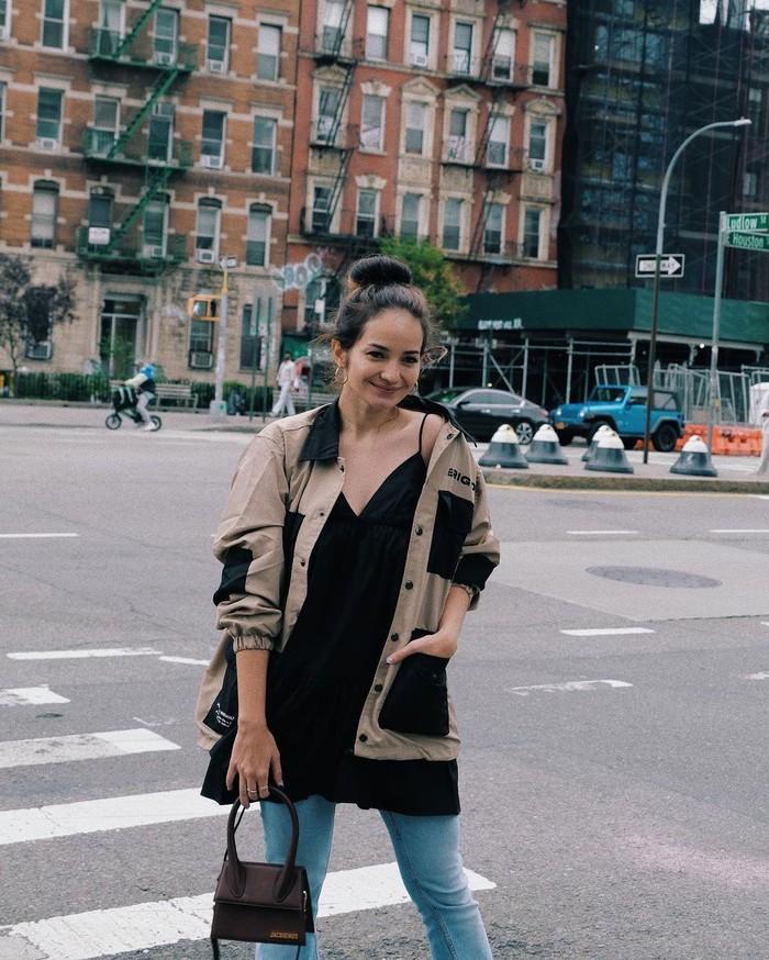 Tidak hanya nyaman dengan sweatshirt, Enzy juga bisa tampil feminim dengan sleveeless shirt berwarna hitam yang dibalut menggunakan jaket. /Foto: instagram.com/@enzystoria