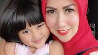 <p>Aktris Venna Melinda memiliki seorang anak angkat bernama Vania Athabina. Ia menemukan bayi prematur itu di toilet Masjid Fathullah Universitas Islam Negeri (UIN) Syarif Hidayatullah, Ciputat Timur, Tangerang Selatan pada 2016 lalu. (Foto: Instagram @vaniaathabina24)</p>