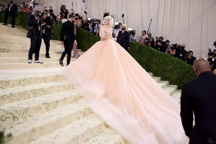 Bilie Eilish tampil berbeda dari biasanya mengenakan gaun bergaya retro glamor dari Oscar de la Renta. Foto: Getty Images