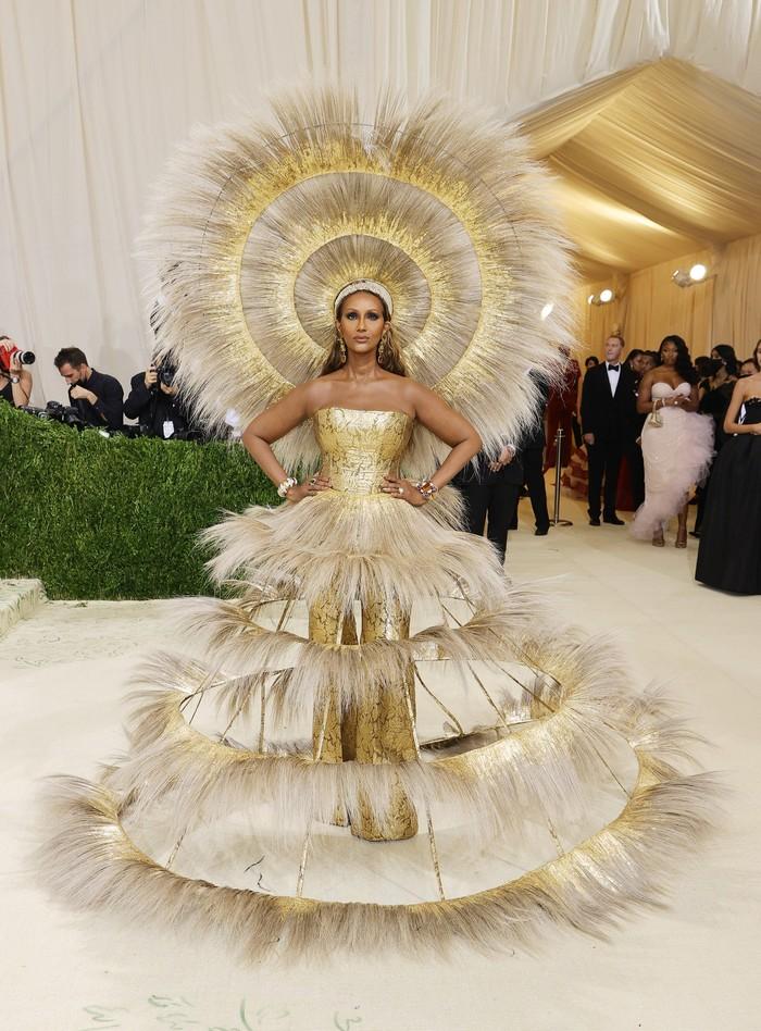 Supermodel Iman tampil dalam busana bergaya avant-garde kaya Harris Reed. Foto: Getty Images