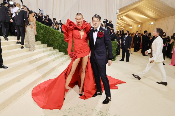 Supermodel Karlie Kloss memakai gaun merah detail kerah ruffles dari label Carolina Herrera. Foto: Getty Images