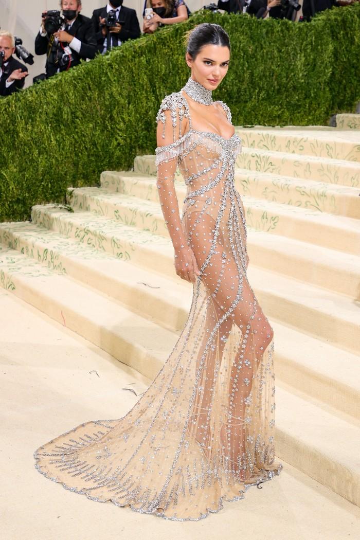 Kendall Jenner mengenakan gaun kristal transparan karya desainer Amerika Matthew Williams untuk rumah mode Givenchy. Foto: Getty Images
