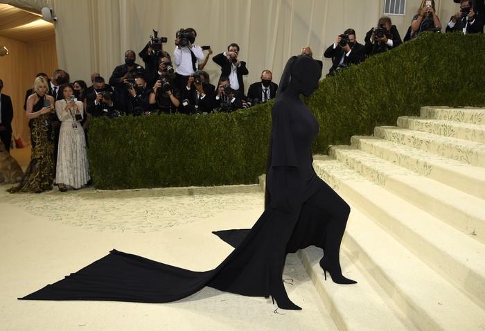 Busana Balenciaga pilihan Kim Kardashian di Met Gala 2021, mungkin menjadi salah satu tampilan paling memorable dari gelaran pesta akbar tersebut. Foto: Evan Agostini/Invision/AP