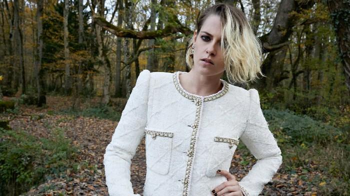 Simak Gaya Kristen Stewart Memakai Baju Tidur dari Chanel Pada Premiere Film