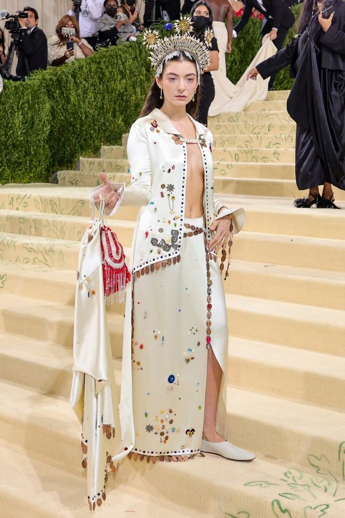 Eklektik namu glamor hadir dari nuansa tampilan Lorde yang memakai gaun karya label Bode. Foto: Getty Images
