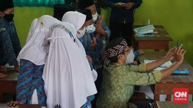 Klaster covid-19 terjadi di dua sekolah di Sumatera Barat dan Kalimantan Barat. Total sebanyak 193 siswa dinyatakan positif covid-19.