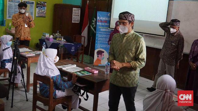 Berbeda dengan pernyataan Presiden, Mendikbudristek Nadiem Makarim menyebut vaksinasi bukan syarat wajib PTM terbatas untuk daerah PPKM level 1-3.
