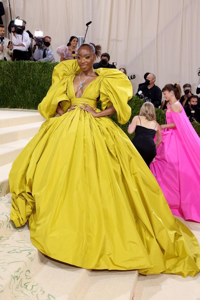 Penyanyi Normai memilih gaun klasik dalam siluet dramatis dari koleksi Valentino haute couture. Foto: Getty Images