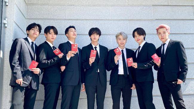 Presiden Moon Jae-in memberikan paspor diplomatik kepada BTS yang ditunjuk sebagai wakil sang pemimpin di PBB untuk urusan diplomasi budaya pada Selasa (14/9).