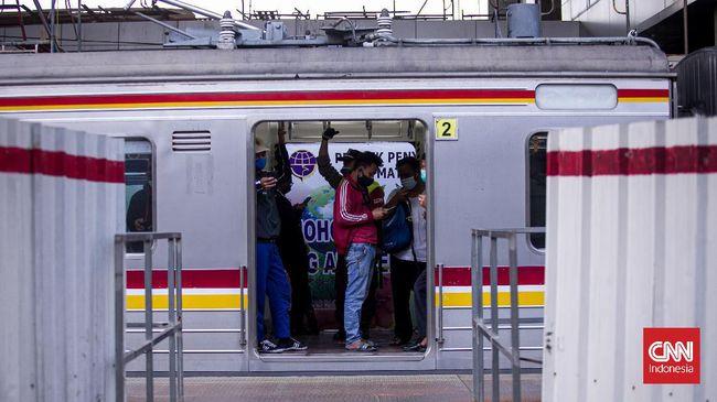 PT KAI Commuter Indonesia mengimbau calon penumpang KRL untuk mengantre via aplikasi untuk menghindari antrean panjang di stasiun keberangkatan.
