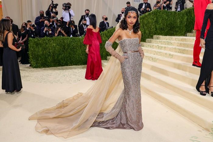 Aktris Yara Shahidi memilih gaun klasik dengan detail trained karya Dior. Foto: Getty Images