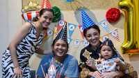 <p>Cantika Felder dan suaminya belum lama ini membuat pesta ulang tahun kecil-kecilan untk sang putra. Ibunda Cantika, Minati Atmanagara turut menghadiri acara ulang tahun Janta. (Foto: Instagram @cantikafelder)</p>