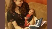 <p>Setelah menjadi Bunda, Cantika terlihat semakin memesona ketika momong Si Kecil. Tengok saja potretnya ketika sedang membacakan buku untuk Janta yang masih bayi. (Foto: Instagram @cantikafelder)</p>