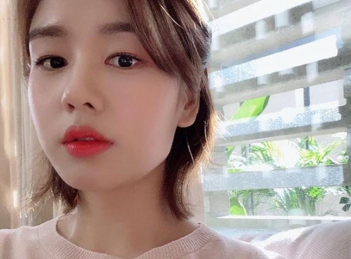 Ia memulai debut di layar kaca pada tahun 2018 lalu, melalui drama yang berjudul Life. Saat itu, ia masih mendapatkan peran kecil, yaitu sebagai salah satu staff di sebuah klinik kecantikan./Foto: instagram.com/eunjin___a
