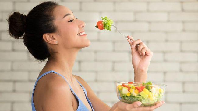 Tak hanya dengan metode diet tertentu, menurunkan berat badan juga bisa dilakukan secara alami. Berikut tujuh cara menurunkan berat badan secara alami.