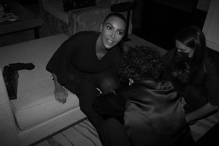 Kim Kardashian menjadi perhatian publik saat menghadiri Met Gala 2021 karena busana yang ia kenakan. Yuk intip!