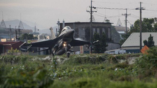 Taiwan menggelar latihan jet tempur yang mendarat di landasan pacu darurat di jalan raya, Rabu (15/9), untuk antisipasi menghadapi serangan China.