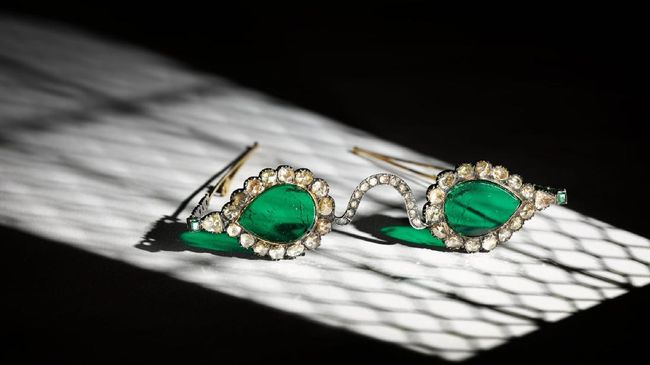 Dua pasang kacamata dari abad ke-17 diperkirakan akan terjual hingga nyaris Rp50 miliar di acara lelang Sotheby bulan depan. Seperti apa wujudnya?
