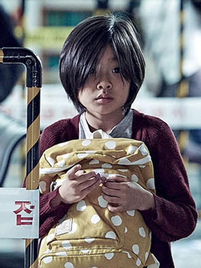 Dalam film Korea tersebut, ia berperan sebagai Seo Soo An, anak perempuan dari Seo Seok Woo yang diperankan oleh Gong Yoo. Potretnya kala itu dengan rambut pendek terlihat boyish namun tetap imut, ya!/Foto: allocine.fr