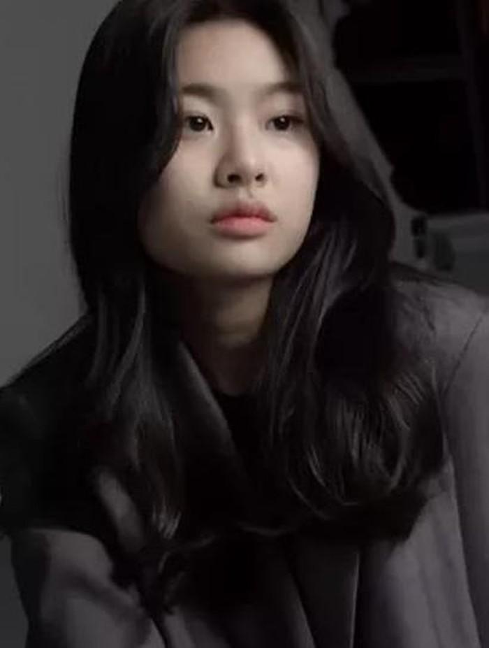 Belum lama ini, netizen dihebohkan dengan foto-foto Kim Su An yang rilis di internet. Gadis cilik ini telah bertransformasi menjadi remaja dengan gaya yang kalem dan feminin. Dengan rambut panjang bergelombang, Kim Su An terlihat cantik banget, ya!/Foto: koreaboo.com