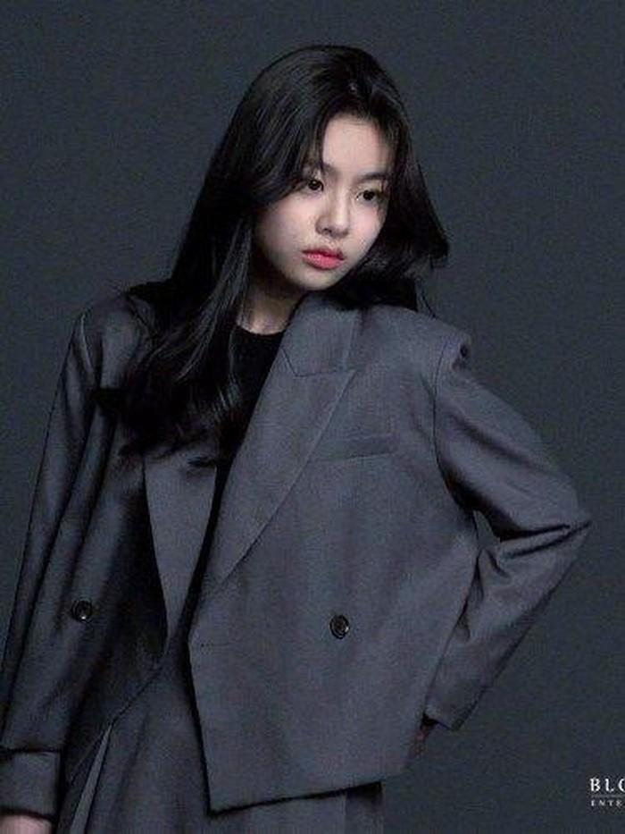Telah menginjak usia 15 tahun, Kim Su An tampil cantik dalam pemotretan untuk foto profil di agensi barunya, Blossom Entertainment. Bahkan, gaya fashion-nya sudah terlihat stylish banget di usia remajanya./Foto: Courtesy of Blossom Entertainment
